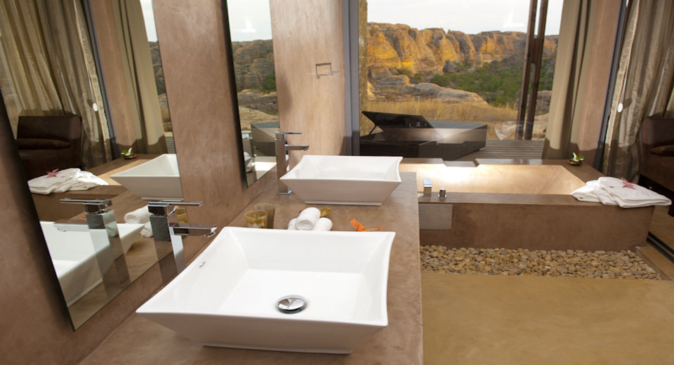 Isalo Rock Lodge bathroom